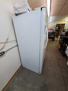 Frigidaire Working Fridge/Freezer with contents on top